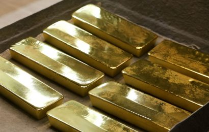 Gold Wavers Before Fed Meets as Equities Soar, Dollar Slides