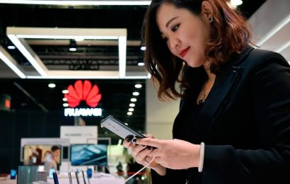 Huawei shipped more smartphones than any other company last quarter — making it the first to dethrone Apple and Samsung in 9 years