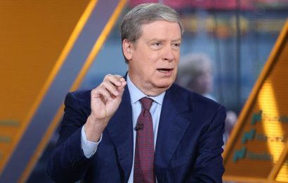 Stanley Druckenmiller says he wouldn't want to be short market, sees stock rotation continuing