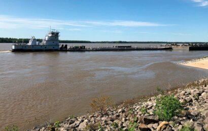 Mississippi River traffic reopened under damaged bridge